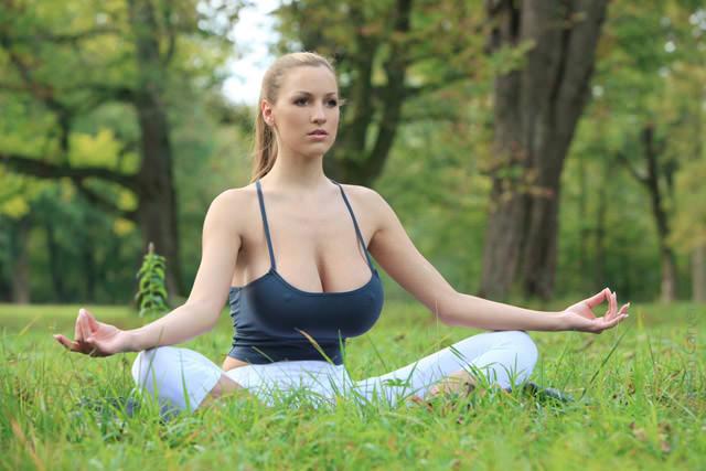 jordan-carver-yoga01