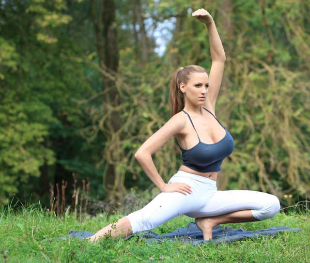 jordan-carver-yoga07