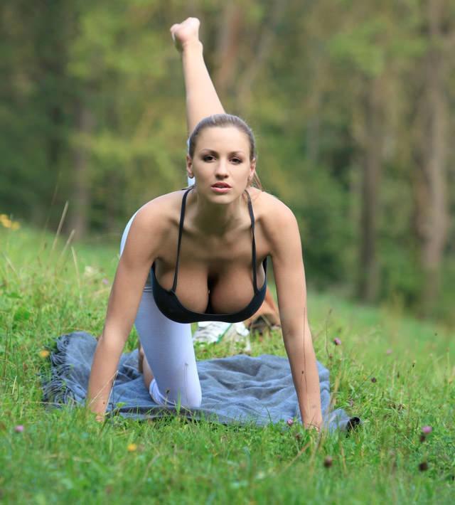 jordan-carver-yoga09
