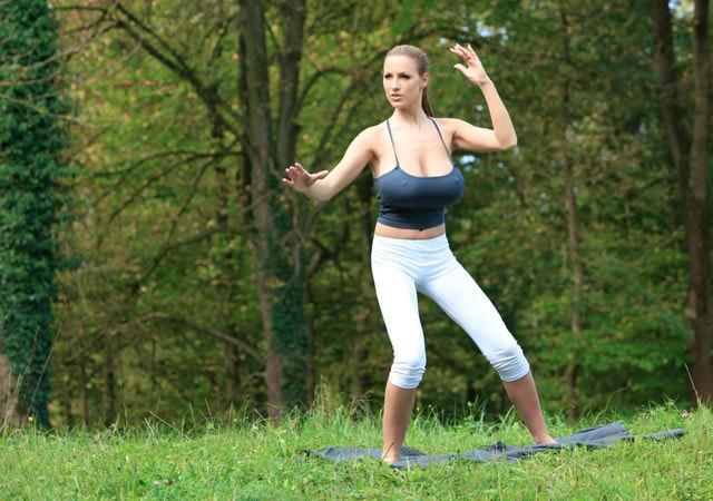 jordan-carver-yoga11