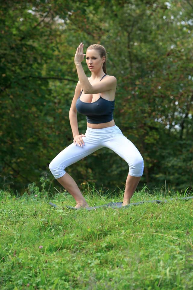 jordan-carver-yoga13