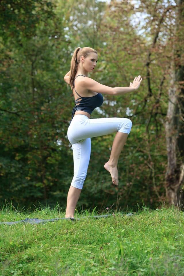 jordan-carver-yoga14