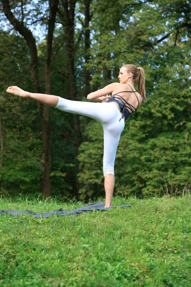 jordan-carver-yoga15