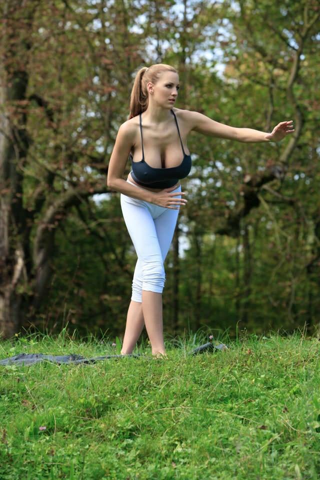 jordan-carver-yoga16