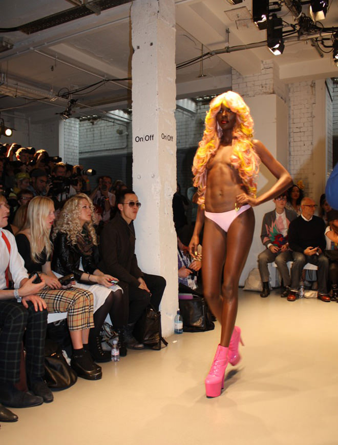 Desfile De Modelos Totalmente Desnudas Orgasmatrix