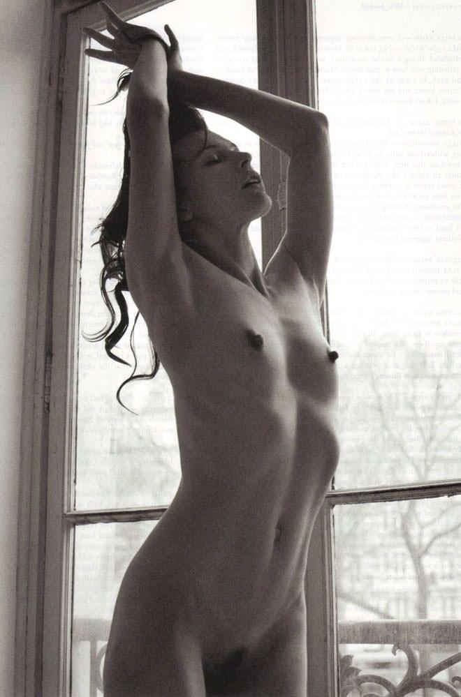 Milla Jovovich desnuda y sexy para Paul WS Anderson