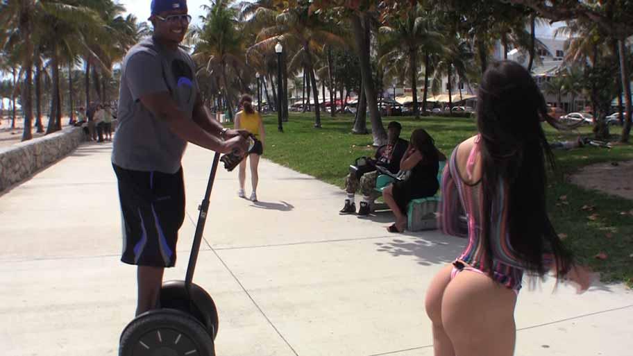 Exhibicionista latina en Miami Beach