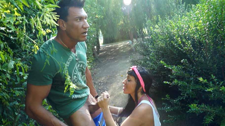 Suhaila mamando en público