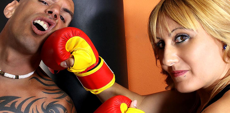 Nuria se come al profesor de artes marciales
